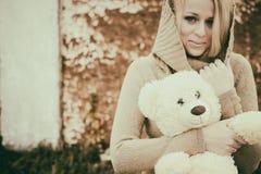 Jeune blonde sensuelle de fille dans l'automne venteux avec le jouet image libre de droits