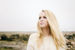 Jeune blonde sensuelle de fille dans l'automne venteux dehors images stock