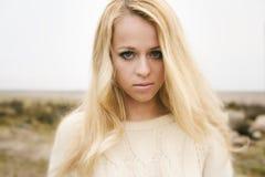 Jeune blonde sensuelle de fille dans l'automne venteux dehors photos libres de droits
