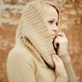 Jeune blonde sensuelle de fille dans l'automne venteux dehors photos stock