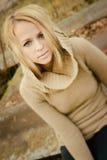 Jeune blonde sensuelle de fille dans l'automne venteux dehors photographie stock libre de droits