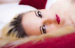 Jeune blonde sexy semblante étouffante Photographie stock libre de droits