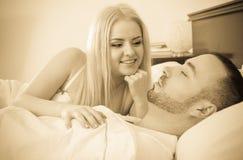 Jeune blondie et ami de sommeil Images stock