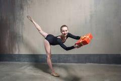 Jeune boîte-cadeau adulte de présent de danseur classique pour vous image stock
