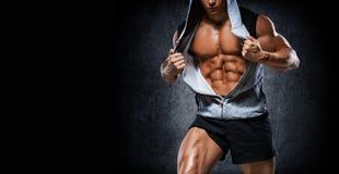 Jeune bodybuilder beau d'athlète, dans de beaux vêtements de sport, DEM photos libres de droits