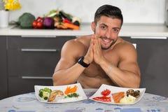 Jeune bodybuilder dans la cuisine Image stock