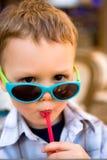 Jeune boire de garçon Photographie stock libre de droits