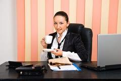 Jeune boisson de femme d'affaires par cuvette de café Photos stock
