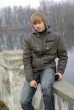 Jeune bord de lac de garçon photographie stock