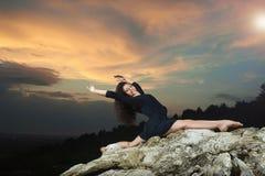 Jeune, bouclée fille de danse - exécute la fente photo libre de droits
