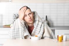 Jeune bouillon mangeur d'hommes malade pour traiter le froid à la table images stock
