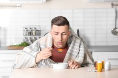 Jeune bouillon mangeur d'hommes malade pour traiter le froid à la table photo libre de droits