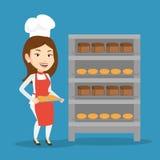 Jeune boulanger féminin heureux tenant le plateau du pain Images libres de droits