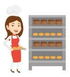Jeune boulanger féminin heureux tenant le plateau du pain Image libre de droits