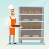 Jeune boulanger heureux tenant un plateau avec du pain Photo libre de droits