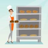 Jeune boulanger heureux tenant un plateau avec du pain Image stock
