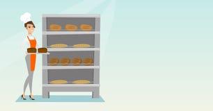 Jeune boulanger heureux tenant un plateau avec du pain Photographie stock libre de droits