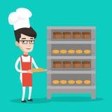 Jeune boulanger masculin heureux tenant le plateau du pain Photo libre de droits