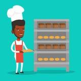 Jeune boulanger masculin heureux tenant le plateau du pain Photographie stock libre de droits