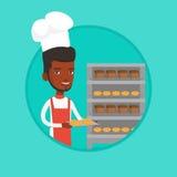 Jeune boulanger masculin heureux tenant le plateau du pain Photos libres de droits