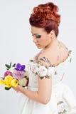 Jeune bouquet de fixation de mariée photographie stock