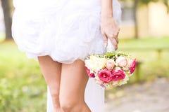 Jeune bouquet de fixation de mariée Photographie stock libre de droits