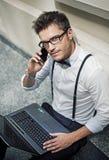 Jeune bourreau de travail beau dans le lobby Image libre de droits