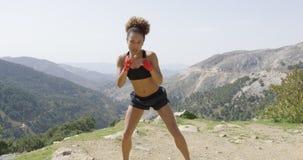 Jeune boxeur féminin folâtre photos libres de droits