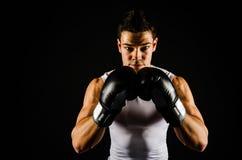 Jeune boxeur fort avec les gants noirs photos libres de droits
