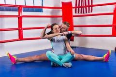 Jeune boxeur masculin sportif faisant une fente dans les vêtements de sport et des baisers Image libre de droits