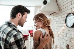 Jeune brun attirant dans une chemise à carreaux disant des mots agréables à son épouse images stock