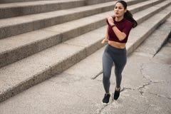 Jeune brune attrayante établissant sur des escaliers Image libre de droits