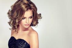 Jeune brune attrayante de femme avec la coiffure onduleuse courte photos stock