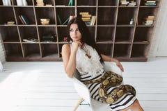 Jeune brune avec un python de serpent Photographie stock