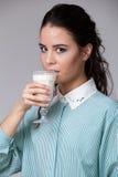 Jeune brune avec un verre de lait Photo stock