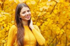 Jeune brune en parc d'automne Photo libre de droits