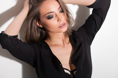 Jeune brune sensuelle Photographie stock libre de droits