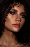 Jeune brune sensuelle avec les poils humides photographie stock libre de droits