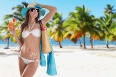 Jeune brune sexy dans le maillot de bain blanc Photo libre de droits