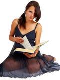 Jeune brunette affichant un grand livre Images stock
