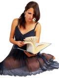 Jeune brunette affichant un grand livre Image libre de droits