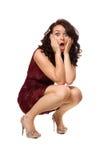 Jeune brunette choqué dans la robe rouge Photographie stock