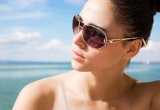 Jeune brunette détendant à la plage. Photos libres de droits