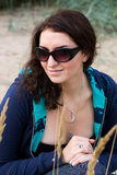 Jeune brunette dans des lunettes de soleil Image libre de droits