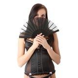 Jeune brunette dans la lingerie avec la verticale de ventilateur. Photographie stock libre de droits