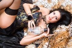 Jeune brunette espiègle dans un corset Photographie stock