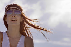 Jeune brunette expressif avec les lunettes de soleil élégantes Image stock