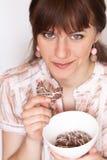 Jeune brunette mangeant des biscuits Image stock
