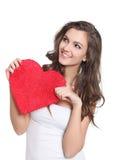 Jeune brunette retenant un grand signe d'amour Images stock
