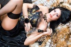 Jeune brunette sexy dans un corset image stock